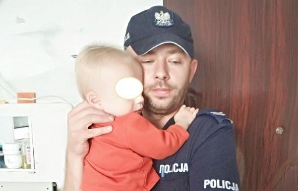 Matka zostawiła w domu 1,5-roczne dziecko. Policjant musiał wyważać drzwi