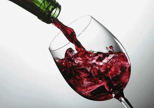 Dlaczego warto regularnie pić czerwone wino
