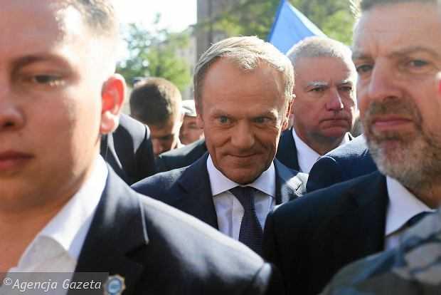 Spacer z Tuskiem po krakowskim Rynku. Padają pytania o taśmę Morawieckiego