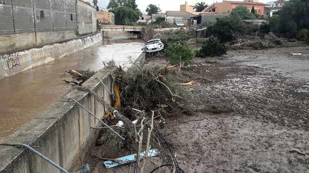 Wiele ofiar powodzi na Majorce. Turyści zginęli w taksówce porwanej przez błotnistą wodę