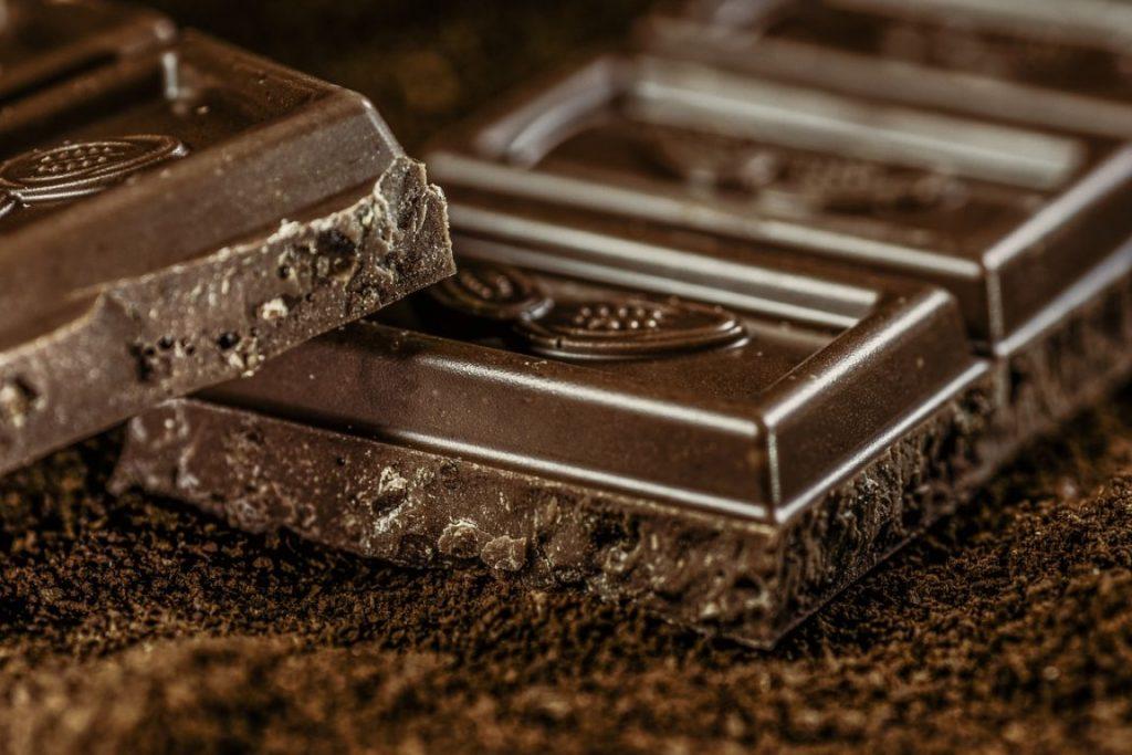 Obalamy 10 mitów odnośnie jedzenia, w tym ten o tuczącej czekoladzie i surowych marchewkach