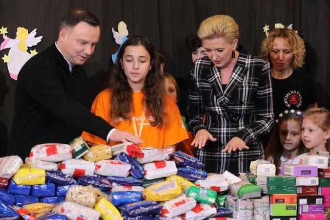 Para prezydencka pakowała paczki dla biednych. Andrzej Duda zaskoczył wspomnieniem