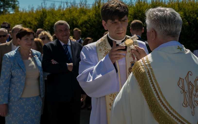 Syn Beaty Szydło w oczach parafian. Jaki naprawdę jest ksiądz Tymoteusz