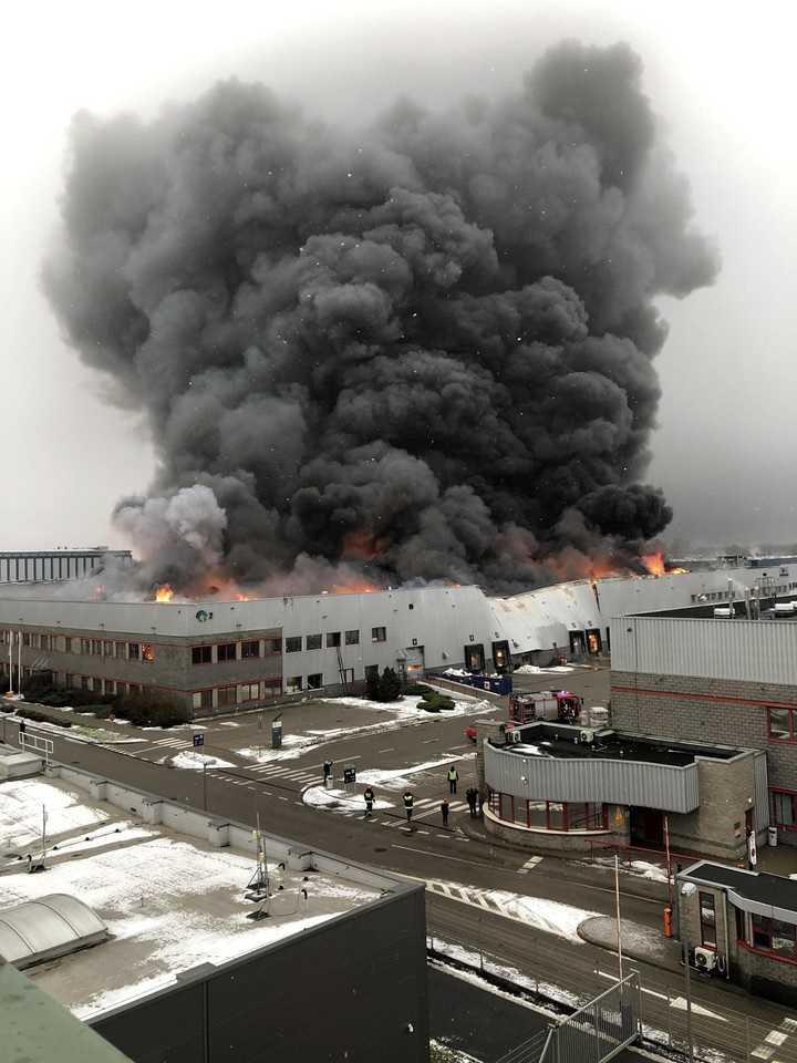 Wielki pożar w Warszawie. Płonie hala spożywcza