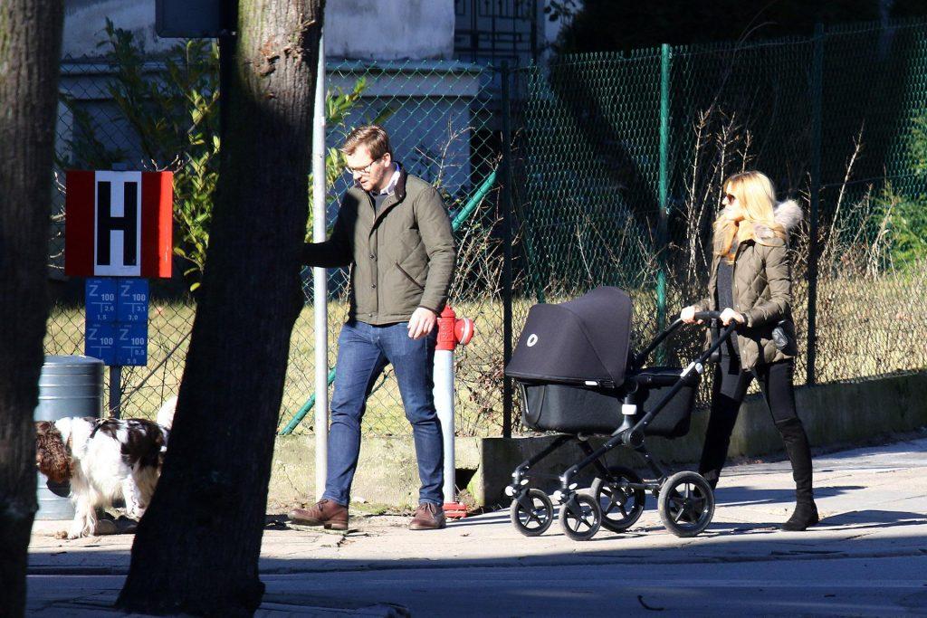 Kasia Tusk ze swoim ukochanym Staszkiem i malutką córeczkę udali się na spacer