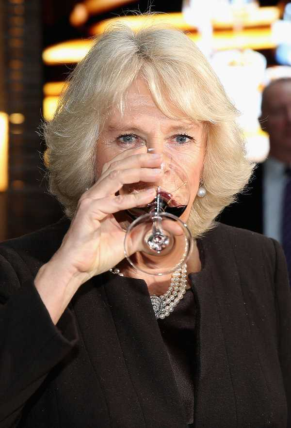 """""""Była tak pijana, że nie mogła stać"""" Księżna Camilla jest uzależniona od alkoholu"""