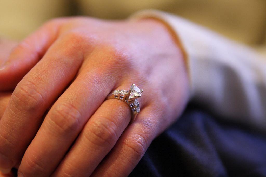 Dostałaś na walentynki drogi pierścionek zaręczynowy? Powinnaś zapłacić podatek