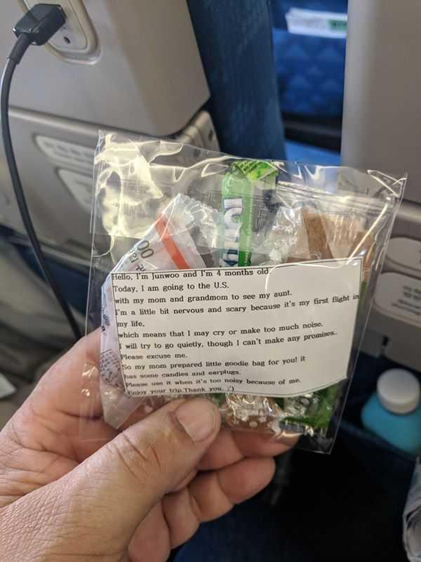 Pasażerowie samolotu znaleźli na siedzeniach nietypowe wiadomości. Wywołały ich uśmiech