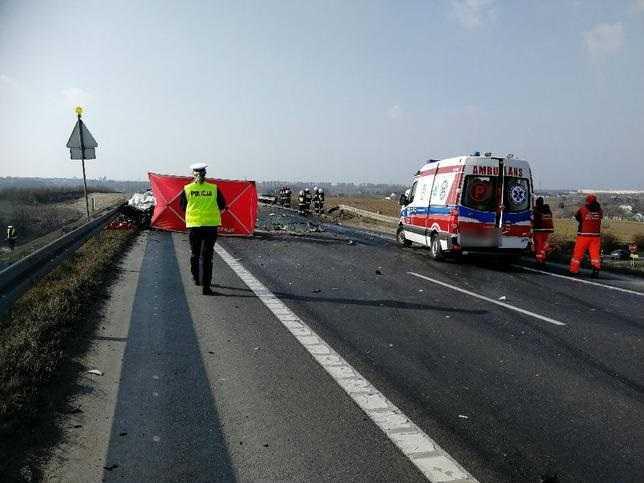 Świecie: ciężarówka spadła z wiaduktu na drogę i stanęła w płomieniach. 1 osoba nie żyje, dwie są ranne