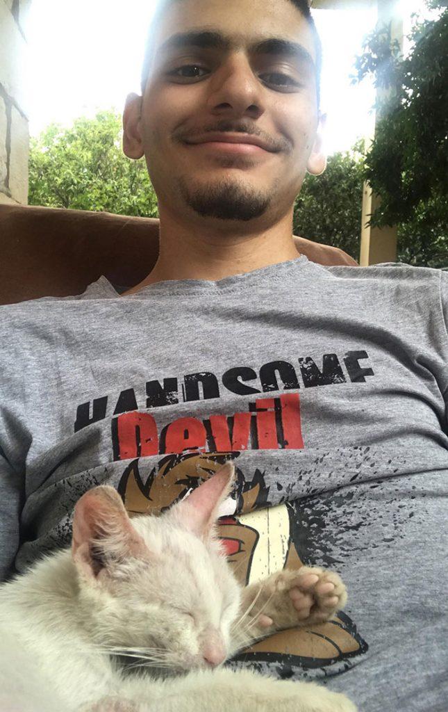 Mężczyzna ucina sobie drzemkę i budzi się z nowym zwierzakiem przy swoim boku