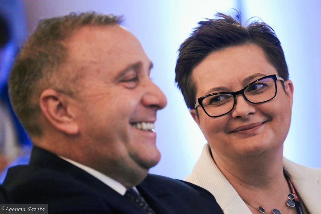 """Nowy sondaż na wybory do PE. Cztery partie z europosłami. """"Schetyna i Kaczyński idą łeb w łeb"""""""