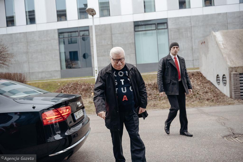 """Przedterminowe wybory prezydenta Gdańska. Wałęsa zagłosował w bluzie """"Konstytucja"""""""