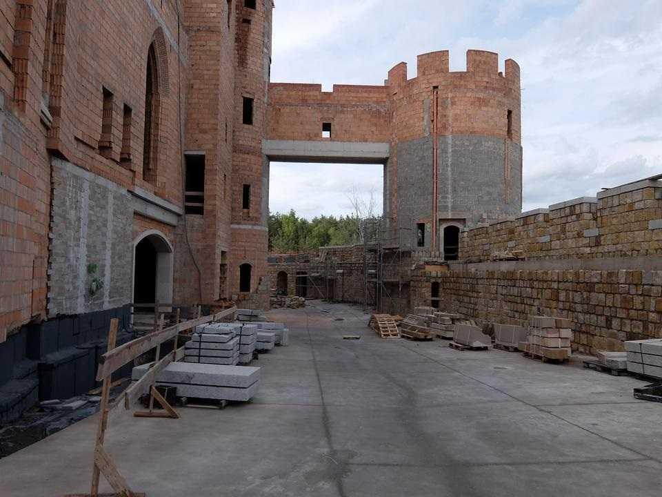 Skandaliczna budowa zamku w Stobnicy