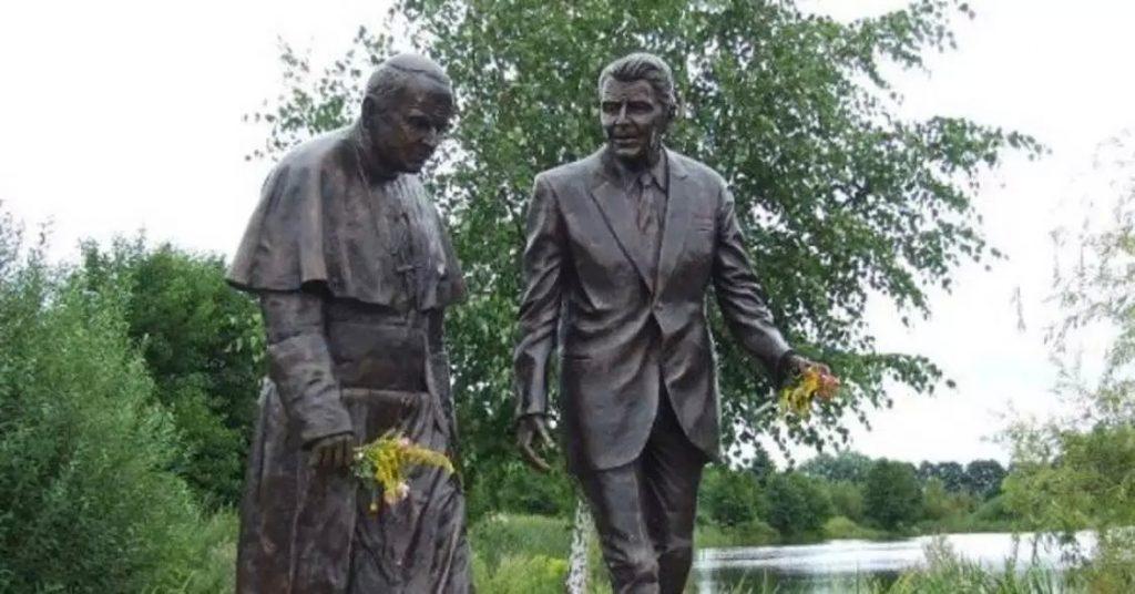 Pomnik Jana Pawła II i Ronalda Reagana zdewastowany. Komuś musiał bardzo przeszkadzać