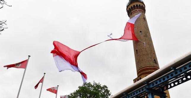 Największa flaga Polski zniszczona w Świnoujściu