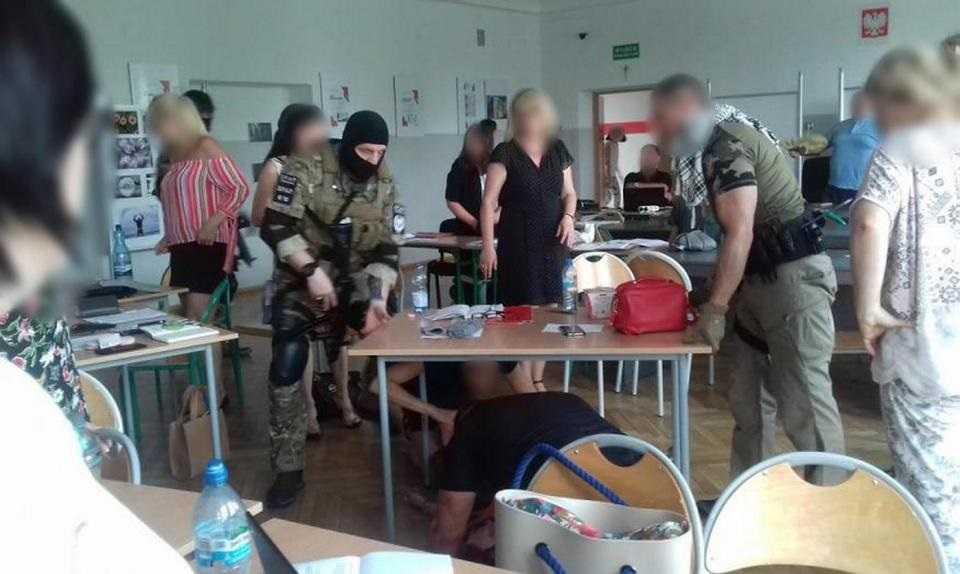 """Atak """"terrorystów"""" w szkole w Pabianicach! Nauczycielka zasłabła, kilka się popłakało ..."""