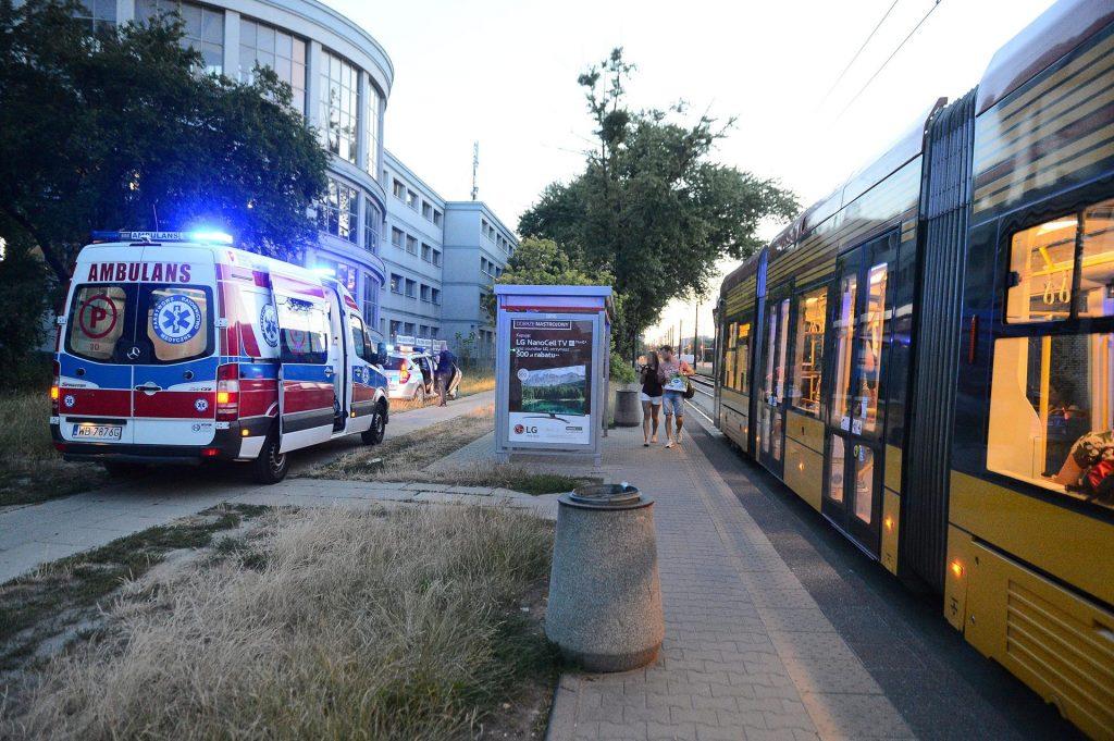 Dramatyczna bójka w tramwaju w Warszawie. Szaleniec rzucił się na pasażerów