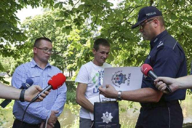 Pomorskie: W ostatniej chwili uratowali topiące się dzieci. Komendant nagrodził bohaterów