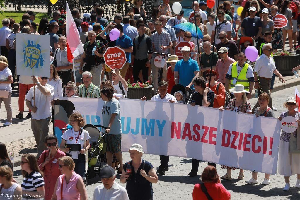 """Marsze życia w wielu miastach. Protest przeciw """"seksedukacji"""". """"Polska katolicka, nie laicka"""""""