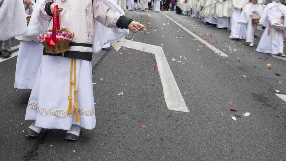 Chłopczyk sypał kwiatki podczas procesji Bożego Ciała. Ksiądz: Nie skomentuję