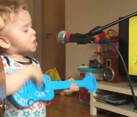 2-latek w kręconych włosach łapie za mikrofon i kradnie show facetowi swojej mamy