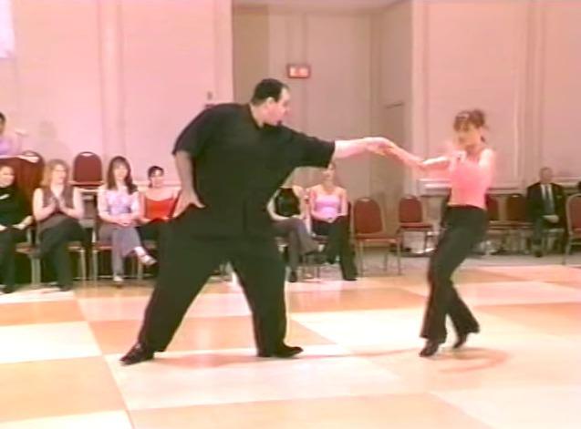 Publiczność nazywa go grubasem – zobacz co się dzieje, gdy zaczyna tańczyć