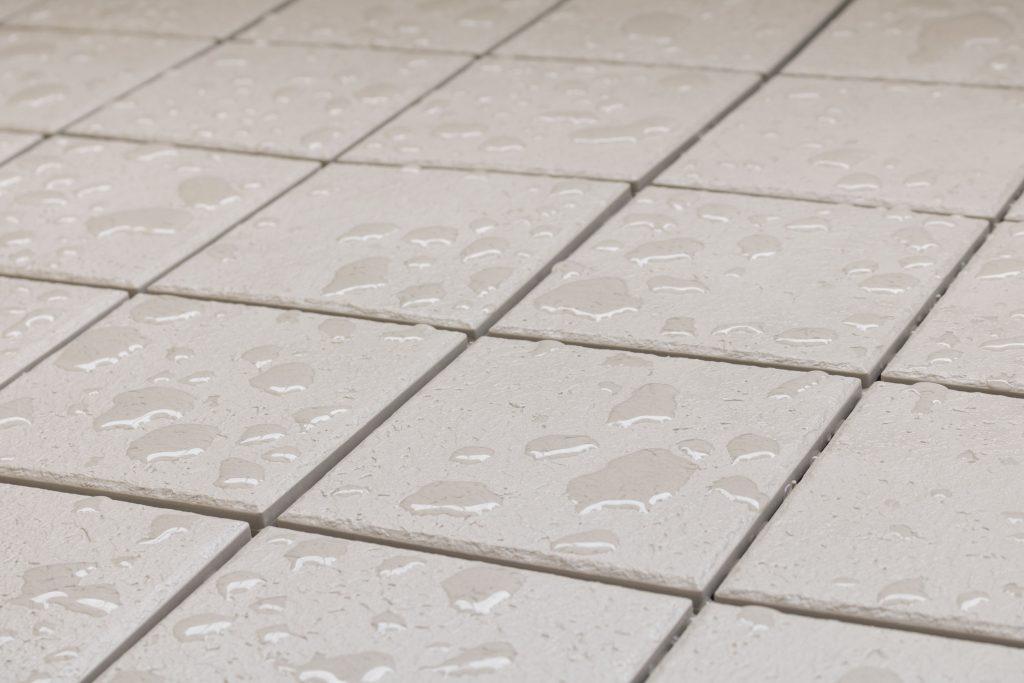 Jak zabezpieczyć płytki tarasowe przed deszczem i gradem