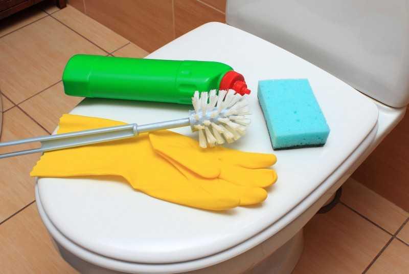 Jak myć toaletę i usuwać z niej kamień