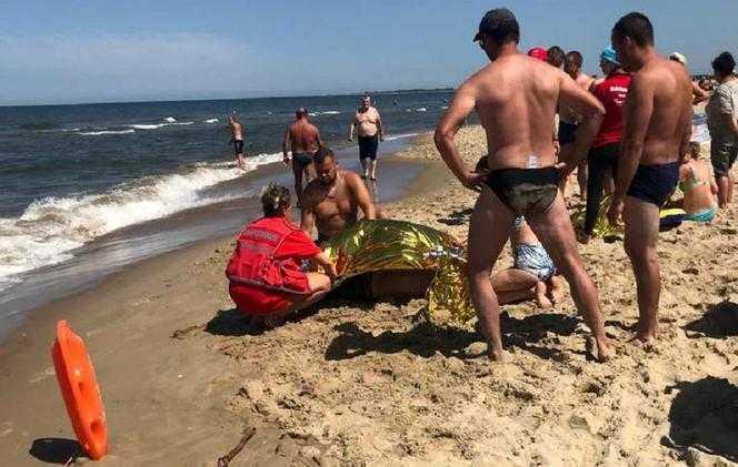Trójka dzieci topiła się w morzu. Uratował je policjant