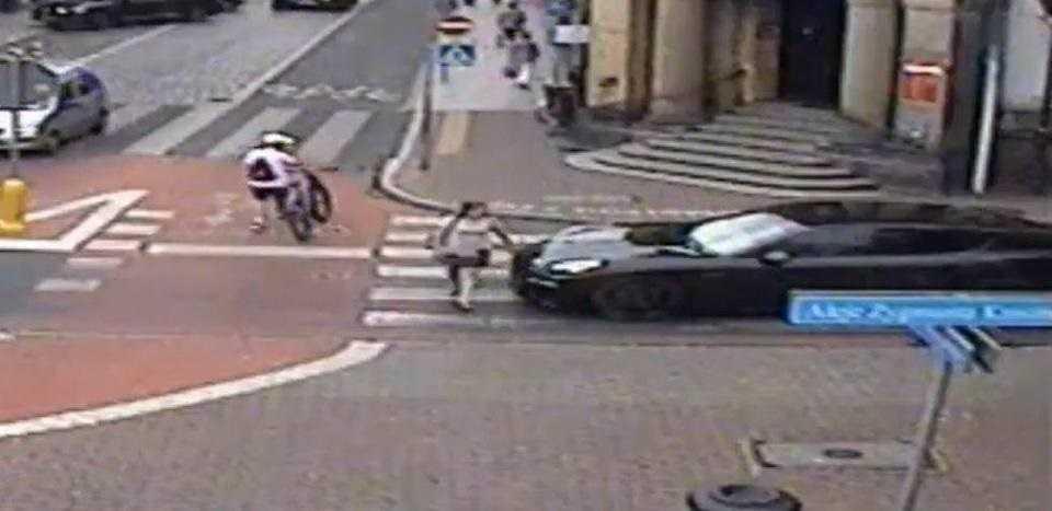 Kierowca porsche spoliczkował pieszą. Bo dotknęła jego auta
