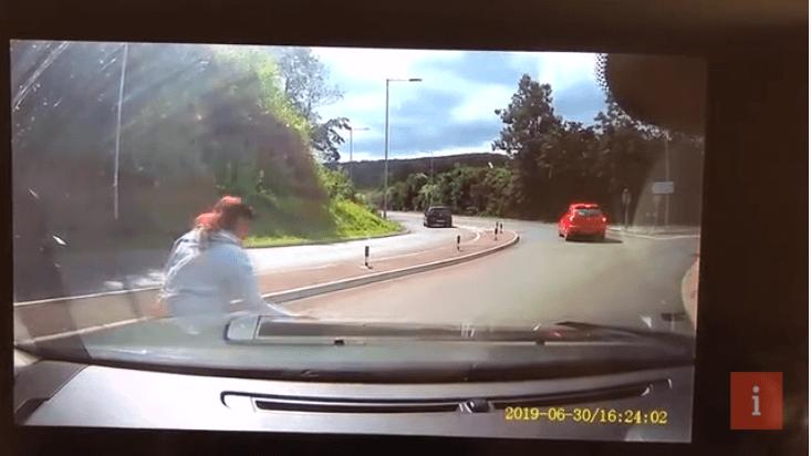 Kobieta jedzie ruchliwą autostradą. Nagle z samochodu przed nią ktoś wyrzuca na drogę małego kotka