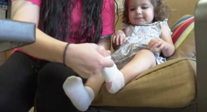 Odebrała roczną córeczkę ze żłobka. Dziecko miało na stópkach poparzenia drugiego stopnia
