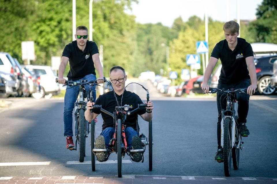 Razem z rodziną chce pokonać Islandię na rowerach