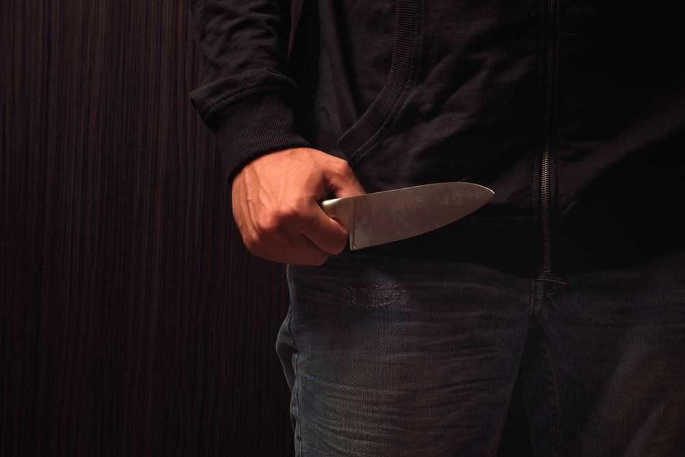 Napad w Kosinie. Bandyta wszedł po drabinie do sypialni i zaatakował nożem małżeństwo