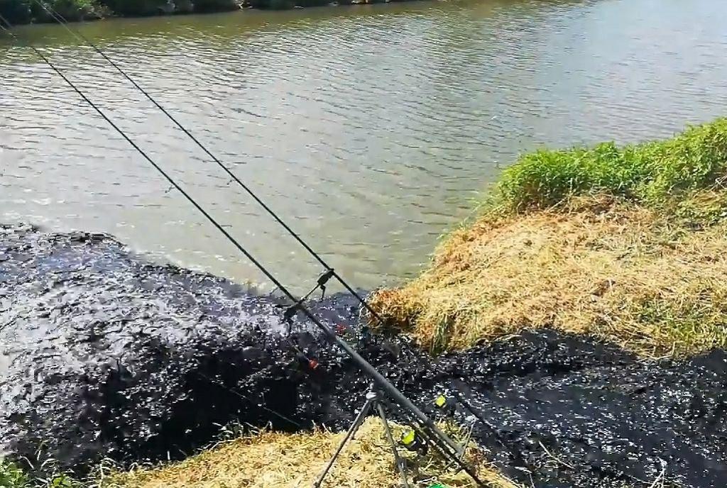 Śląsk. Przyszli łowić ryby w Wiśle. Nagle do rzeki wlał się czarny jak smoła potok