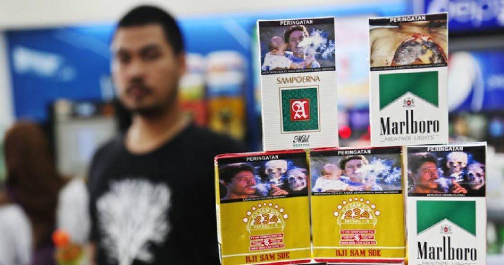 50-latek przez przypadek znalazł zdjęcie zmarłej żony na paczce papierosów. Był w szoku