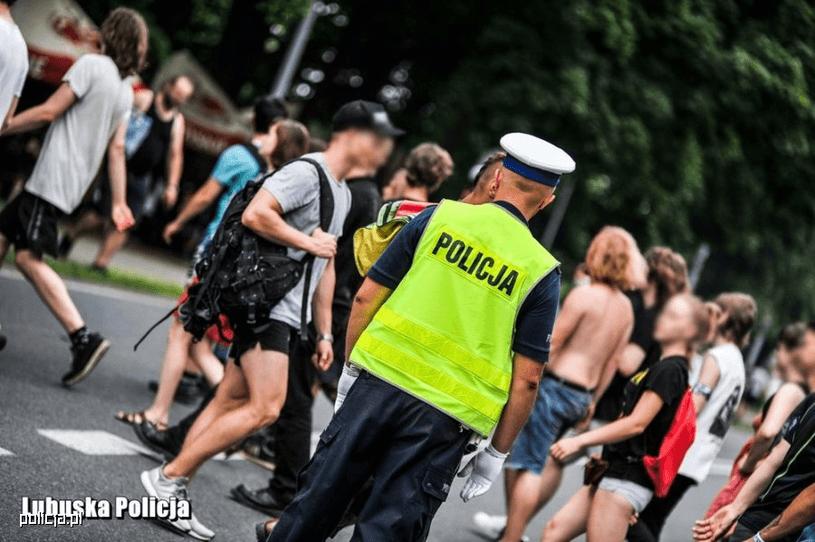 Policjant drogówki kierował ruchem. W jego kierunku biegł nagi mężczyzna