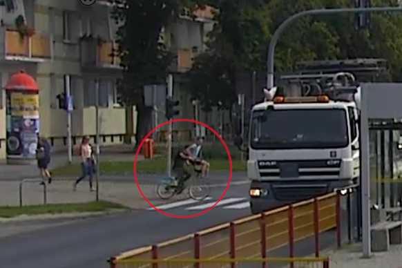 Rowerzysta potrącił kobietę na przejściu. Nie zatrzymał się, aby jej pomóc