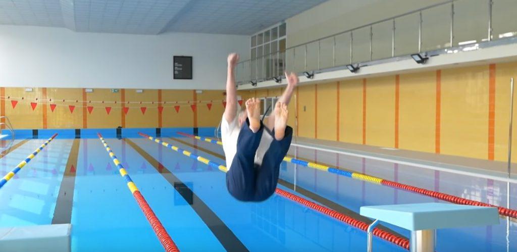 Sanepid zamknął basen po tym, jak burmistrz wskoczył do wody