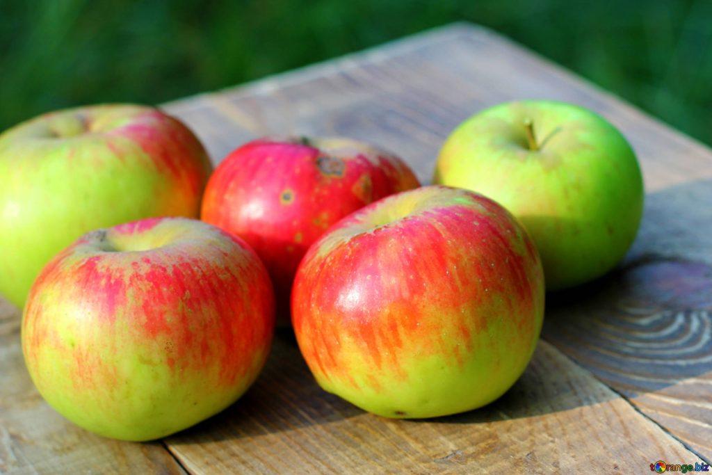 Spłukujesz jabłka przed zjedzeniem? To błąd, a oto powody, dla których nie powinno się tego robić