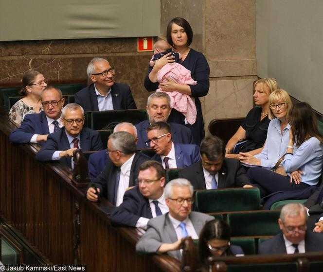 Nowa Pawłowicz przyszła z niemowlakiem do Sejmu. Obok siedziała Krystyna...