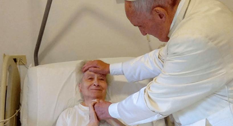 To zdjęcie rozrywa serce. Papież Franciszek sprawił, że na twarzy ciężko chorej kobiety pierwszy raz od dawna pojawił się uśmiech