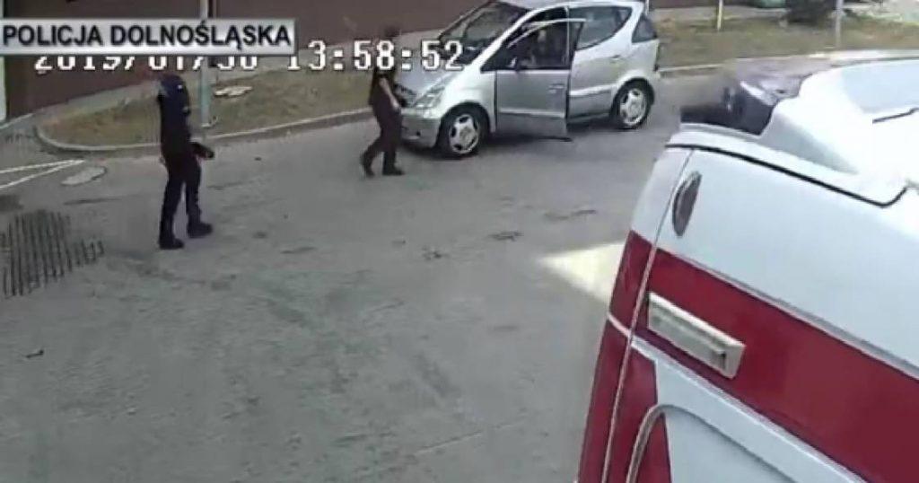 Policjanci eskortowali samochód z mdlejącym dzieckiem. Każda kolejna minuta była na wagę złota