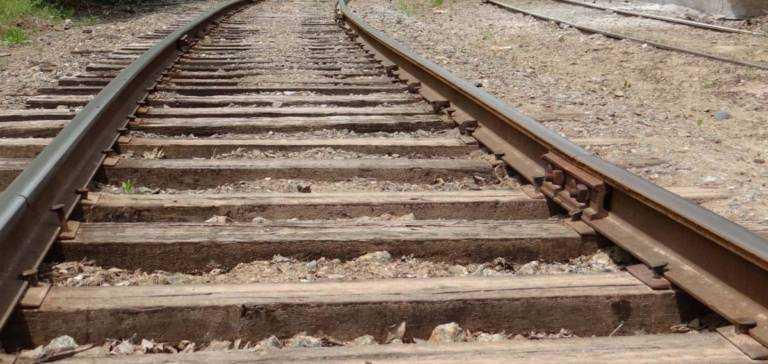 Nastolatkowie ułożyli kamienie na torach. Chcieli wykoleić pociąg