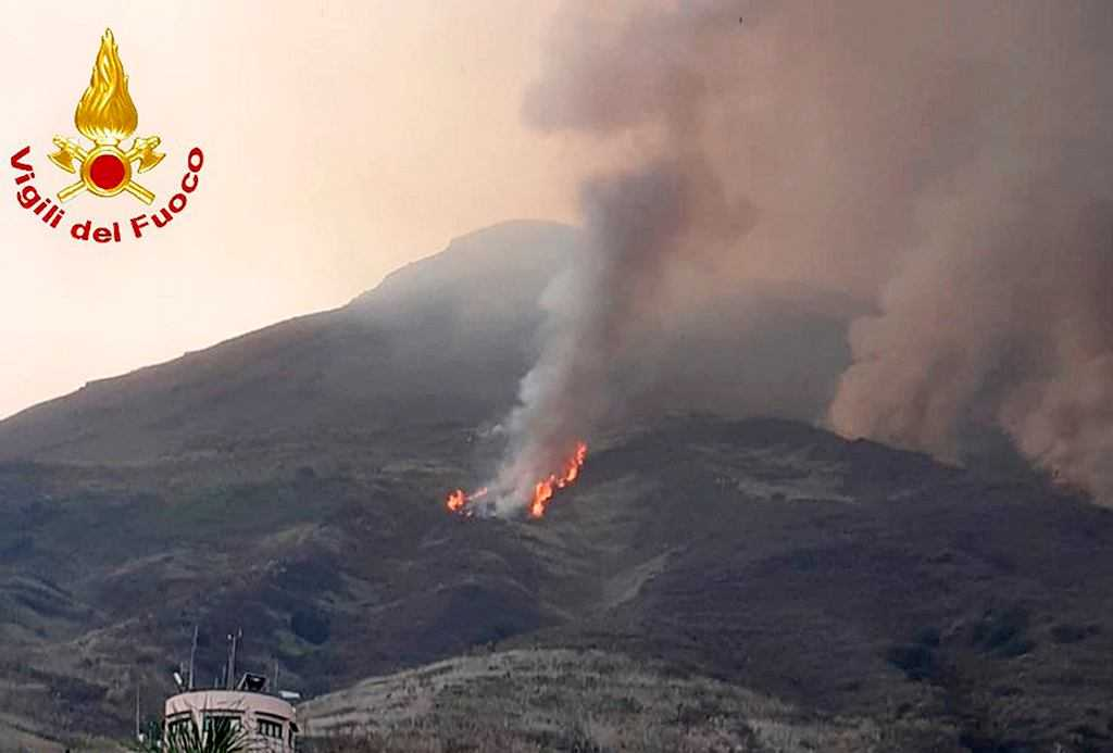 Wybuch wulkanu Stromboli. Ludzie uciekali przed gradem kamieni. Chmura piroklastyczna goniła łódź