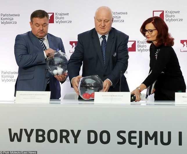 """Wybory parlamentarne 2019. PKW rozlosowała numery list wyborczych. PiS startuje z """"dwójką"""", KO z """"piątką"""""""