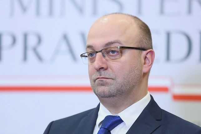Wysoka pensja i spora odprawa. Wiceminister Piebiak nie ma powodów do zmartwień