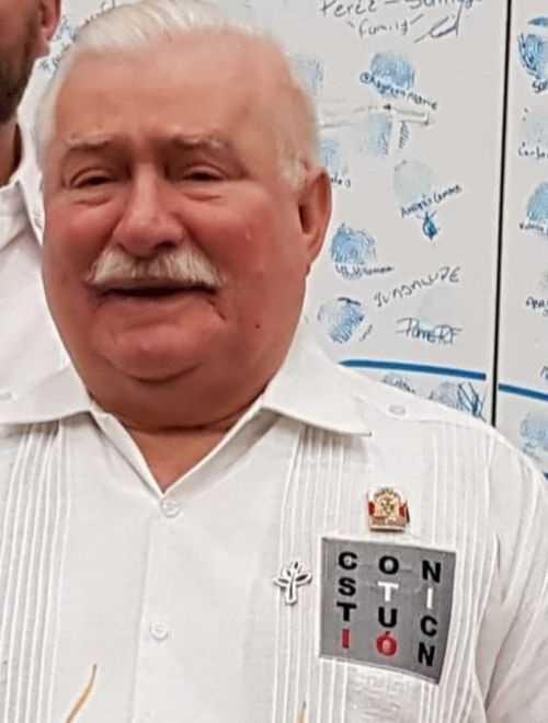 """Lech Wałęsa otrzymał nietypowy prezent. To meksykańska edycja """"konstytucyjnej"""" koszulki"""