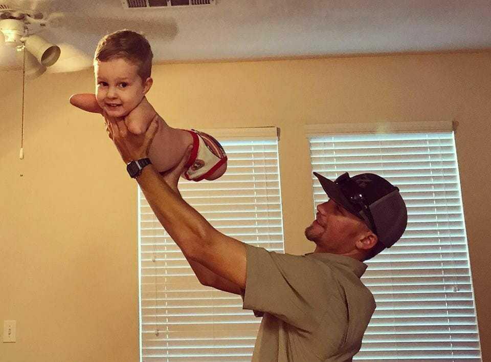 Chłopiec rodzi się bez rąk i nóg – zobacz wzruszającą chwilę, w której chodzi pierwszy raz w życiu