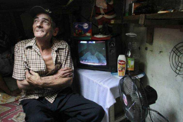 """Razem z mężem od 22 lat mieszka w kanale ściekowym. Ale zdjęcia wnętrza ich """"mieszkania"""" powalają"""
